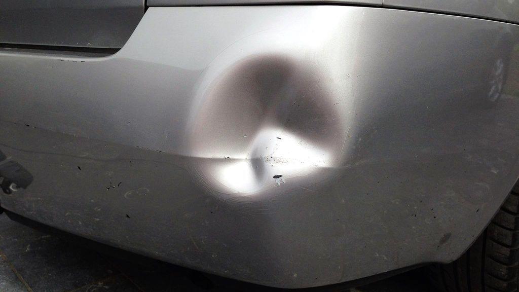 вмятина на бампере автомобиля